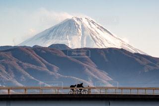 富士山とバック グラウンドでの背景の大きな山の写真・画像素材[1713146]