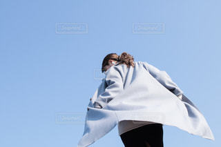 澄んだ青空を持っている人の写真・画像素材[2172090]