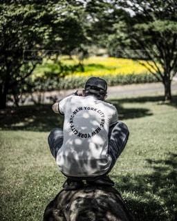 芝生に覆われた野原の上に乗っている人の写真・画像素材[2172108]