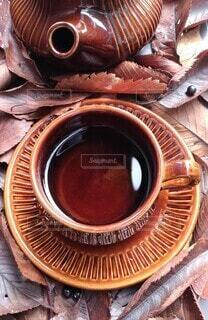 紅茶と落ち葉の写真・画像素材[3863799]