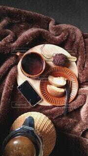 ベッドの上でお茶を飲むの写真・画像素材[3951763]