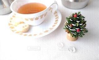 松ぼっくりのクリスマスツリーとテーブルセッティングの写真・画像素材[4023852]