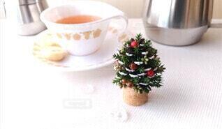 松ぼっくりで作ったクリスマスツリーとティーカップの写真・画像素材[4023855]