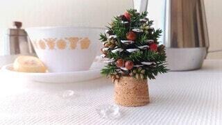 松ぼっくりで作ったクリスマスツリーの写真・画像素材[4023854]