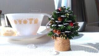 松ぼっくりのクリスマスツリーとティーセットの写真・画像素材[4023853]