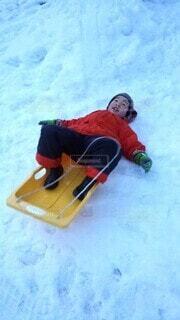 冬,雪,庭,屋外,雪山,雪原,子供,毛糸の帽子,長靴,運動,ウィンタースポーツ,スキーウェア,ソリ,ソリ滑り,ソリ遊び