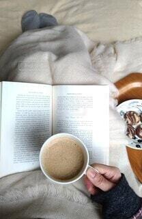お家で読書とコーヒーの写真・画像素材[4059240]