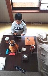 こたつに入ってゲームする子供の写真・画像素材[4080479]