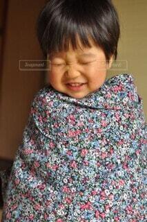 花柄の服を羽織って笑う子供の写真・画像素材[4104896]