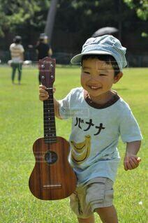 ウクレレを持って笑っている男の子の写真・画像素材[4107822]