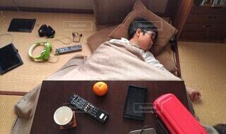 散らかったコタツで昼寝する子供の写真・画像素材[4109082]