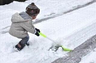 雪かきをしている子供の写真・画像素材[4150127]