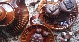 デーブルを上のチョコレートのお菓子の写真・画像素材[4213272]