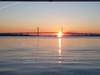 海,空,橋,屋外,太陽,朝日,雲,波,水面,影,正月,歩道,お正月,日の出,明るい,新年,桜木町,初日の出,ベイブリッジ