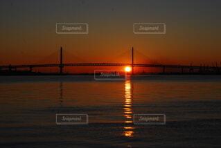 海,空,橋,屋外,太陽,朝日,雲,波,水面,影,夜明け,正月,歩道,お正月,日の出,明るい,新年,桜木町,初日の出,ベイブリッジ