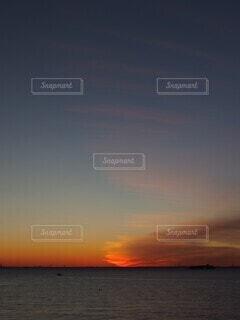 朝日を遮る流れ雲の写真・画像素材[4151966]