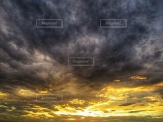 豪雨後、短い時間の夕焼けの写真・画像素材[4435293]