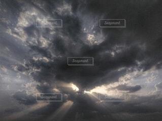 雨上がりの天使の梯子の写真・画像素材[4631109]
