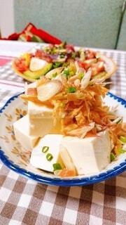 食べ物の皿をテーブルの上に置くの写真・画像素材[3894341]