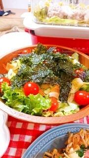 皿の上に異なる種類の食べ物で満たされたボウルの写真・画像素材[3894342]