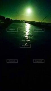大きな水域に小さなボートの写真・画像素材[3919916]