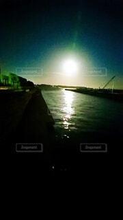 大きな水域に小さなボートの写真・画像素材[3919915]