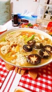 食べ物の皿をテーブルの上に置くの写真・画像素材[3940958]