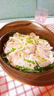 皿の上に食べ物のボウルの写真・画像素材[3940959]