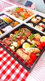 テーブルの上に異なる種類の食べ物が詰まった箱の写真・画像素材[4031462]