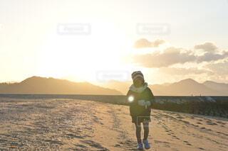 女性,自然,風景,空,カメラ女子,屋外,朝日,ビーチ,雲,砂浜,水面,海岸,景色,子供,女の子,正月,お正月,日の出,新年,初日の出,娘,冬の海,初日の出と娘