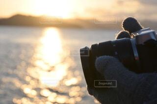 女性,自然,空,カメラ,カメラ女子,屋外,朝日,ビーチ,雲,手,水面,景色,シルエット,正月,お正月,日の出,新年,初日の出,冬の海