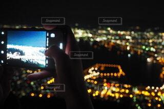 100万ドルの夜景と1000ドルのiPhoneの写真・画像素材[3840010]