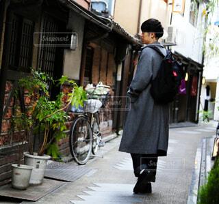 小道をコートを着て歩く男性の写真・画像素材[3841073]