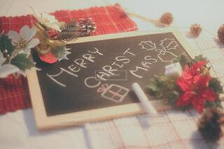 チョークでメリークリスマスと手書きしたボードの写真・画像素材[3911880]