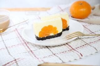 皿の上の手作りみかんムースケーキの写真・画像素材[3920826]