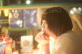 カウンターで食べるものを考える女性の写真・画像素材[3931272]