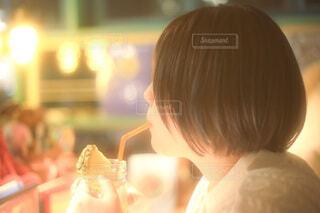 マンゴージュースを飲む女性の横顔の写真・画像素材[3931276]