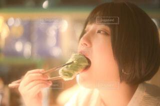 生春巻きを食べる女性の写真・画像素材[3931274]