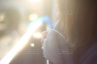 西日の中黄昏れる20代女性の写真・画像素材[3948112]