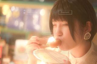 生春巻きを美味しそうに食べる女性の写真・画像素材[4112551]