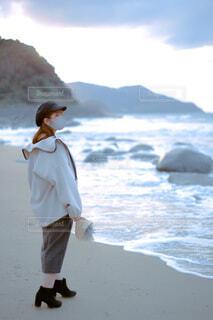 花束を持って浜辺に立つ女性の写真・画像素材[4219997]