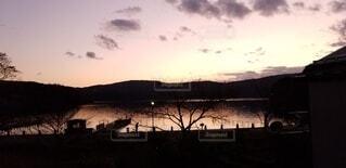 水の体に沈む夕日の写真・画像素材[3841301]