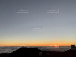 ハワイの雲海に沈む夕日の写真・画像素材[3929013]