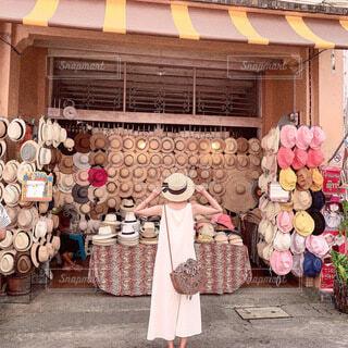 タイのプーケット帽子店に仲間入りした私の帽子の写真・画像素材[3847684]