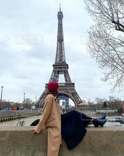 曇り空の中エッフェル塔を眺めるコートの私の写真・画像素材[3847892]