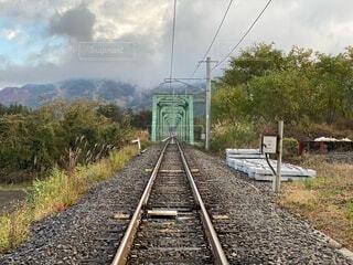 秋の線路の写真・画像素材[3855214]