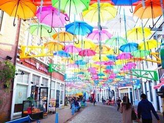 カラフルな傘の写真・画像素材[3853098]