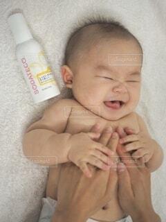 赤ん坊を抱く手の写真・画像素材[3929686]