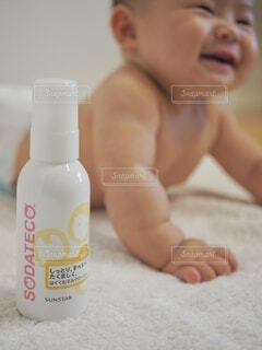 歯ブラシの上に座っている赤ん坊の写真・画像素材[3929690]