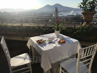背景に山のあるテーブルの写真・画像素材[3937498]